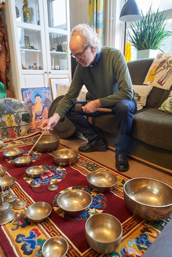 Jan speelt Tibetaanse Klankschalen